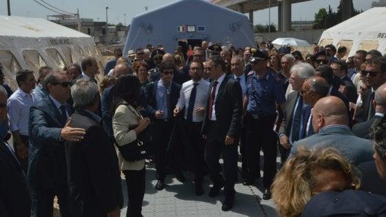 """Bari, il ministro della Giustizia visita le tende del Palagiustizia: """"No allo stato d'emergenza"""""""