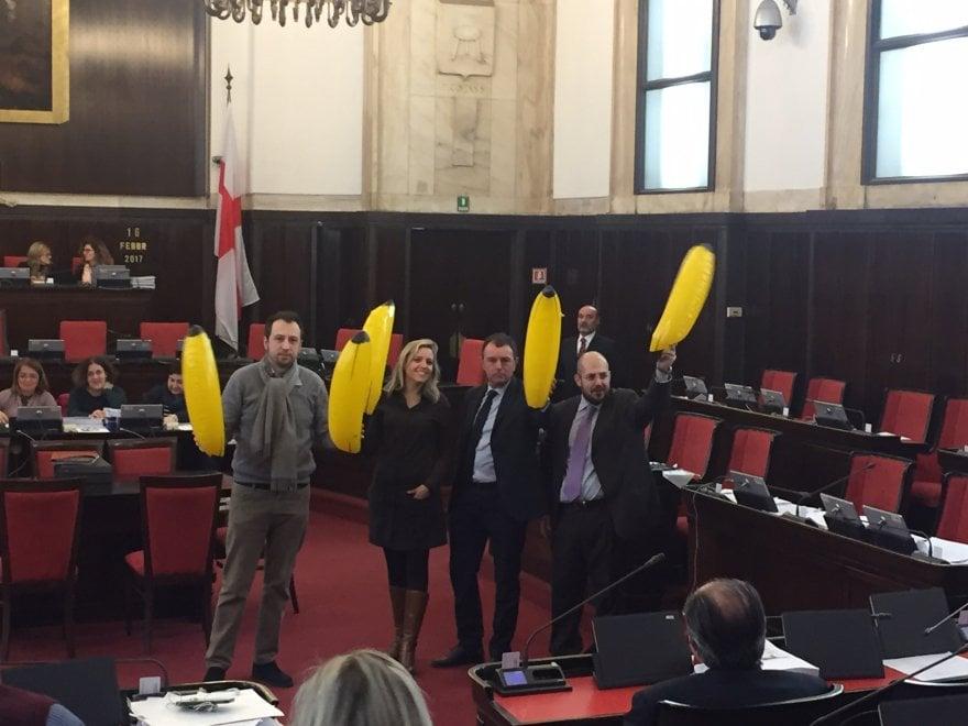 Palme in piazza Duomo: banane gonfiabili in Consiglio, cammelli sui poster del centrodestra