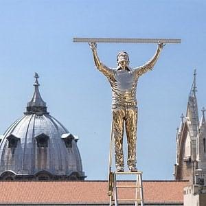 """""""L'uomo che misura le nuvole"""" sui tetti di Napoli : un inno alla capacità di sognare"""