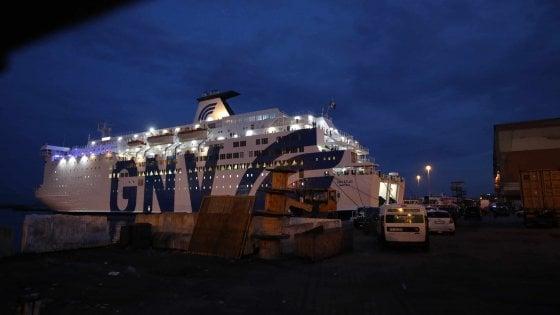 Napoli, auto precipita su passeggeri dal ponte di un traghetto: muore un uomo, grave la figlia