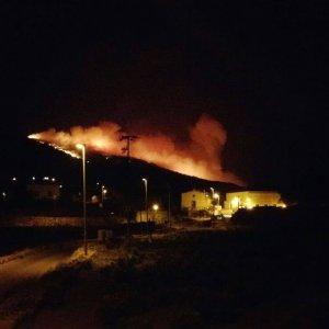 """Brucia Pantelleria, fiamme fino a Balata dei Turchi. Il sindaco: """"Criminali. Non ci fermeranno"""""""