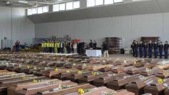 Risultati immagini per Le bare allineate nell'hangar dell'aeroporto di Lampedusa dopo la strage