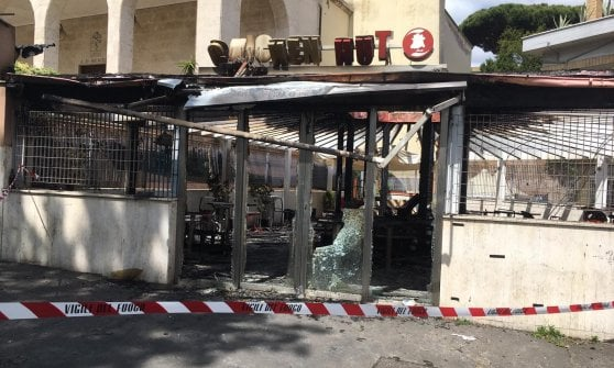 Roma, incendio all'alba: distrutto gazebo in zona Gianicolense