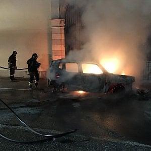 Torino, brucia un'auto durante la messa per i festeggiamenti del patrono