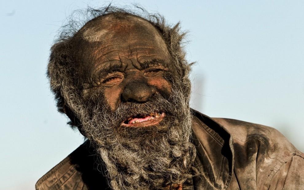 Non si lava da 60 anni: ecco l'uomo più sporco del mondo