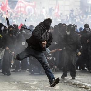 """Nella testa dei poliziotti """"Noi, contagiati dalla violenza"""""""