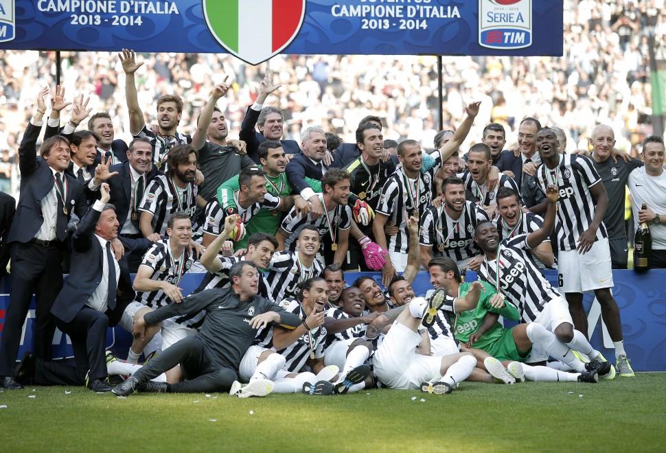 Juventus, festa scudetto in campo con invasione degli ultrà