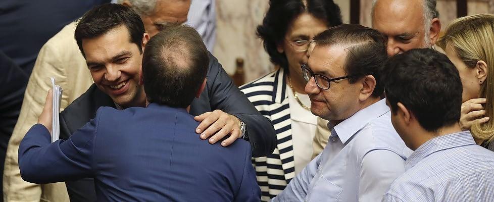 """Grecia, il Parlamento approva il piano Tsipras. Giudizio """"positivo"""" dai creditori internazionali"""