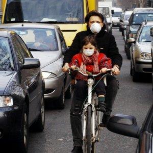 Smog, l'europarlamento raddoppia i limiti di emissioni per le auto
