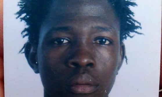 Migrante ucciso a fucilate in Calabria, incendio nella vecchia tendopoli. E oggi sciopero dei braccianti