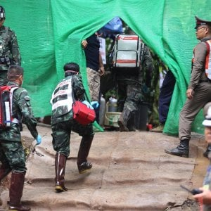 """Thailandia, i soccorritori: """"Fuori altri quattro ragazzi"""". Operazione sospesa per oggi. In tutto sono salvi in otto"""