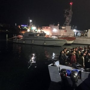 Coronavirus, positivo uno dei migranti arrivati con uno sbarco autonomo a Lampedusa. Aperta inchiesta per epidemia colposa