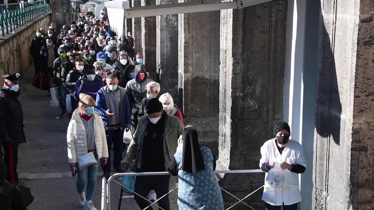 Napoli, giovani e anziani in fila alla mensa del Carmine: sono i nuovi poveri