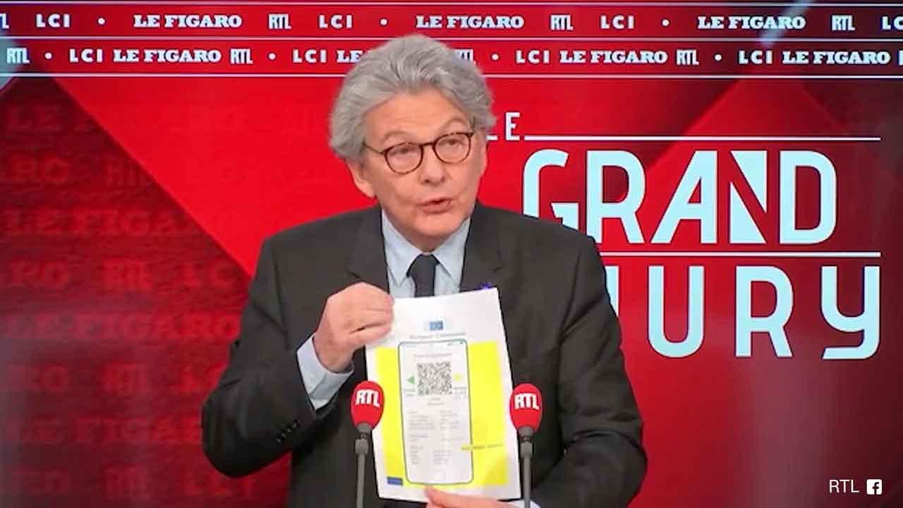 Covid, Breton mostra il certificato vaccinale europeo: ''Pronto fra 2-3 mesi, cartaceo e su smartphone'
