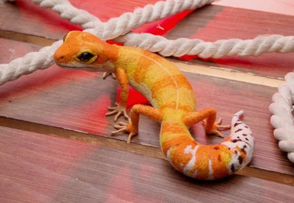 felt leopard gecko sculpture - reptile gifts for Christmas