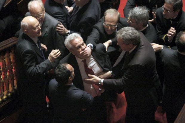 https://i2.wp.com/www.repubblica.it/2006/05/gallerie/cronaca/risse-parlamento/esterne221217312201121924_big.jpg