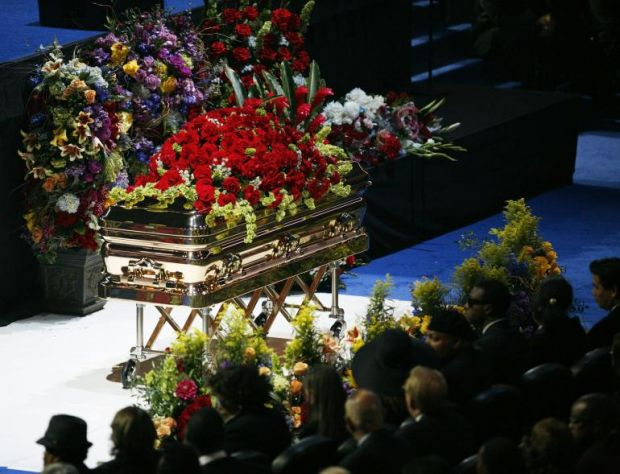 {B}Funerali Jackson, la bara d'oro come James Brown{/B}