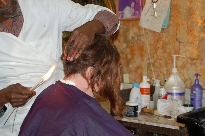 Il barbiere che taglia i capelli col fuoco