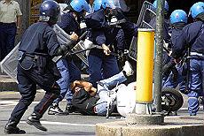 <B>Le violenze impunite<br>del lager Bolzaneto  </B>