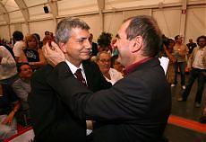 Abbraccio Vendola-Ferrero I fischi del congresso a Fini