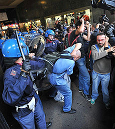 Università, cortei e blocchi Tafferugli con la polizia a Milano