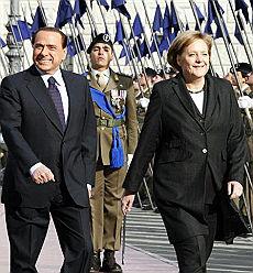 """Berlusconi scherza con la Merkel prima si nasconde, poi le fa """"cucù"""""""
