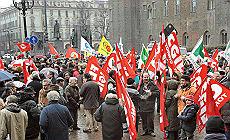 """Crisi, migliaia in piazza a Torino Pd: """"Assegno a chi perde il lavoro"""""""