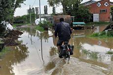 Piena del Po, crolla ponte a  Piacenza Le auto finiscono in acqua: tre feriti
