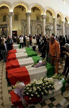 Messina, migliaia ai funerali All'uscita contestato Berlusconi
