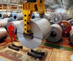 Le fabbriche riaprono i cancelli ma 500 mila posti sono a rischio