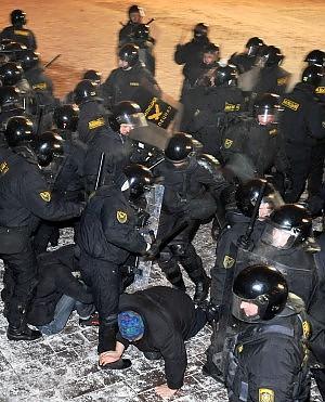 Minsk, protesta anti-Lukashenko arrestati 7 candidati dell'opposizione