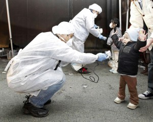 Quelle mamme di fukushima che misurano le radiazioni