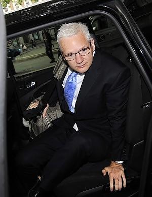 """Assange in tribunale per l'appello Avvocato: """"Rischio estradizione"""""""