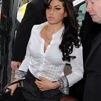 """Morta Amy Winehouse  """"Un cocktail  di alcol e farmaci"""""""