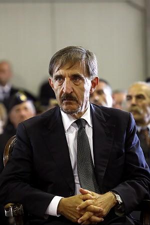 """La Russa contestato dai poliziotti al grido di """"vergogna, parassiti"""""""