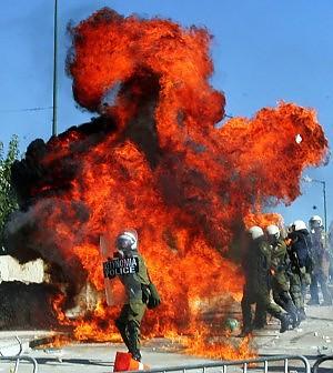 Grecia, oggi il voto sull'austerità Paralisi per lo sciopero, nuovi scontri