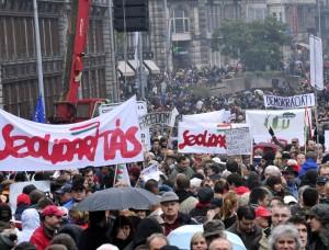 Budapest, in migliaia in piazza contro il bavaglio alla stampa