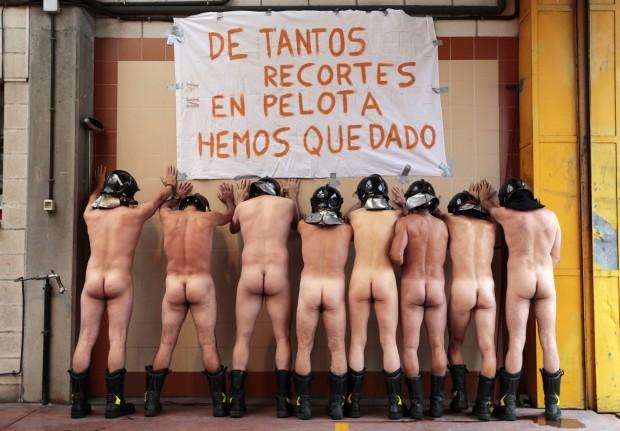 """Spagna: """"Ci avete lasciato senza mutande"""", la protesta dei vigili del fuoco"""