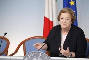 La Cancellieri difende le forze dell'ordine No Global irrompono a comizio di Bersani