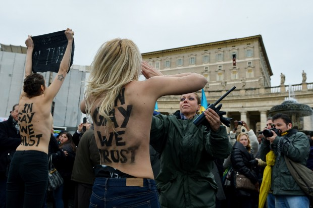 Roma, attiviste in topless all'Angelus