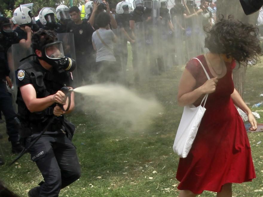 Turchia, la donna in rosso simbolo della protesta