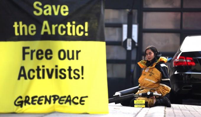 Russia, incriminato l'italiano di Greenpeace: rischia 15 anni di reclusione per pirateria