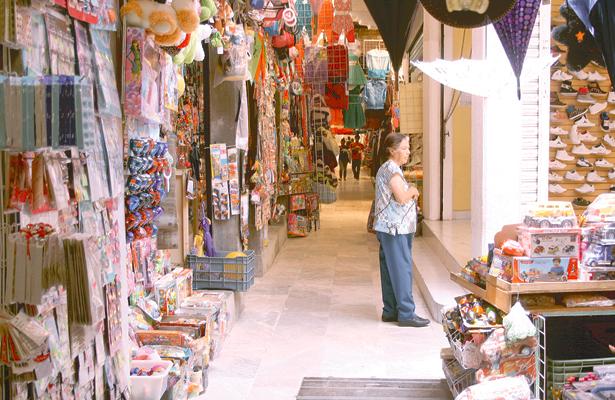 Van  credencializados más de 9 mil comerciantes en la capital queretana
