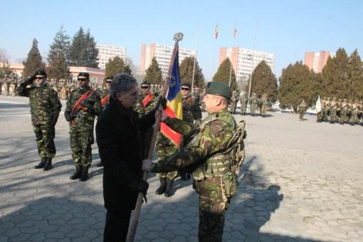 Colonelul Mircea-Dan Suta preia drapelul de lupta si comanda brigazii