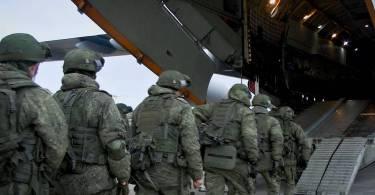 Militari rusi imbarcandu-se pentru misiunea de mentinere a pacii in Nagorno-Karabakh