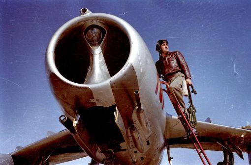 Pilot de vânătoare gata de decolare cu avionul S-102; aerodromul Deveselu, anii '50 (© ARIPI ARGINTII)