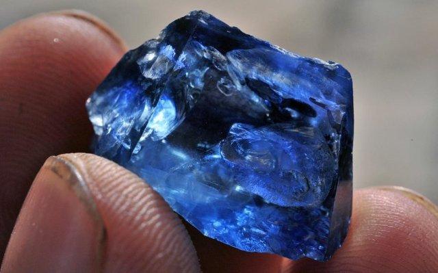 Sapphire crystal from Kataragama. Photo: V. Pardieu / GIA Laboratory Bangkok.