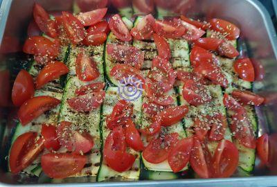 Kesäkurpitsa-tomaattivuoka juustolla