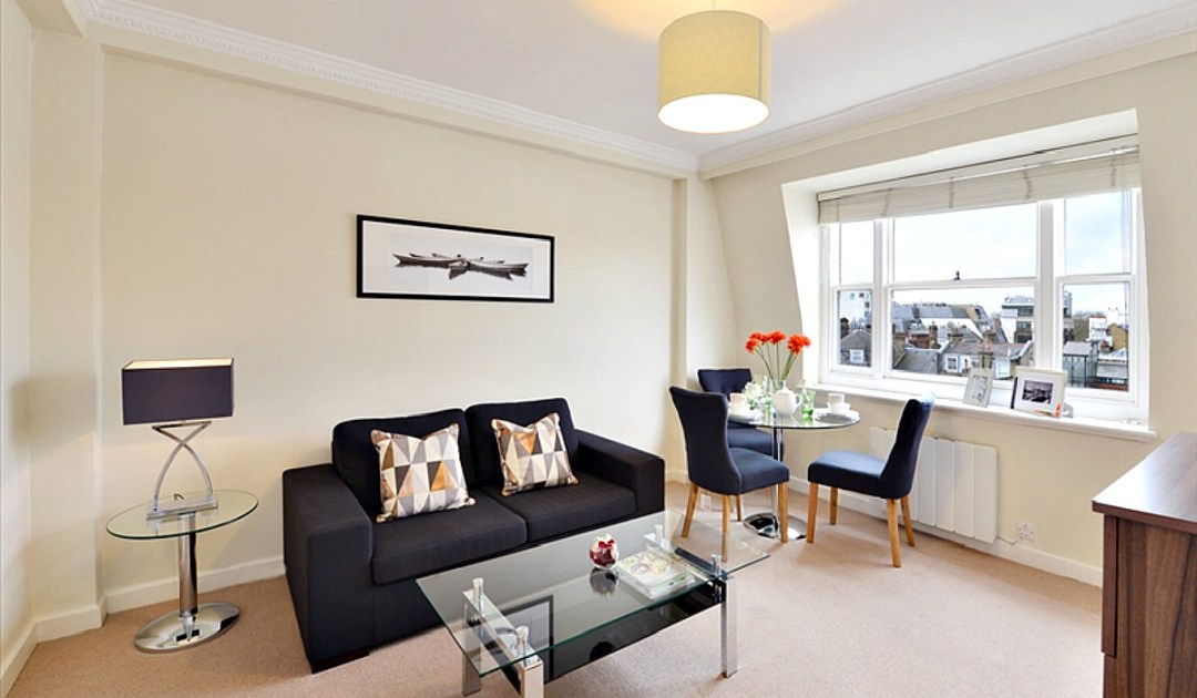 The reception room in this one bedroom flat to let in Hill Street provides sufficient space to dine and relax. Decorated in neutral tones with plenty of natural light