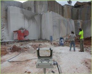 Découpe des blocs de marbre au fil diamanté